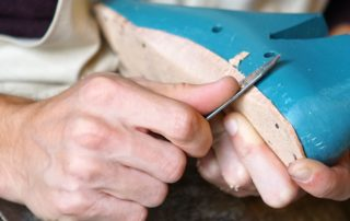 Zapatero artesano modelando un zapato