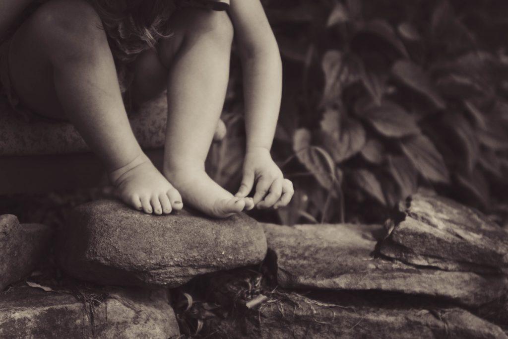 pies descalzos de niña